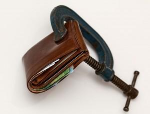 Geld_Portemonnaie in Schraubstock_credit-squeeze-522549_1280