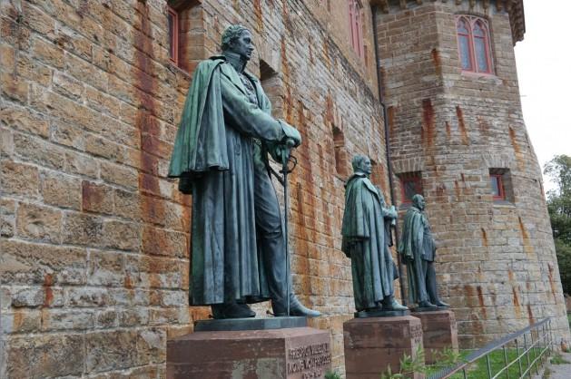 Herrscher_statues-SNIP